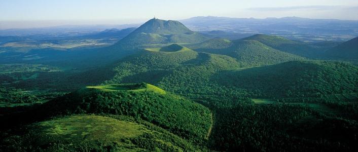 Volcans-dAuvergne-Chaine-des-Puys